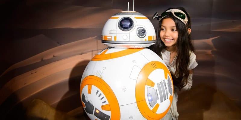 Madame-Tussauds-London-Star-Wars-fan-meets-BB-8-in-new-Jakku-Desert-scene