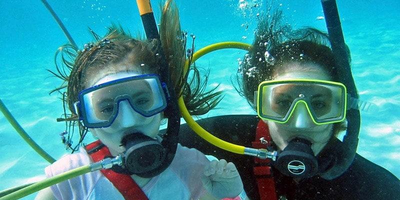 kids-diving-underwater-in-bermuda