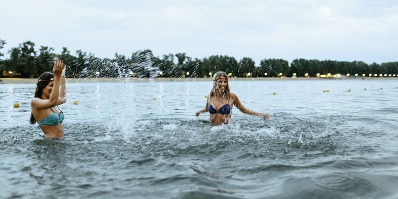 girls-splash-in-water-in-ada-belgrade-serbiba