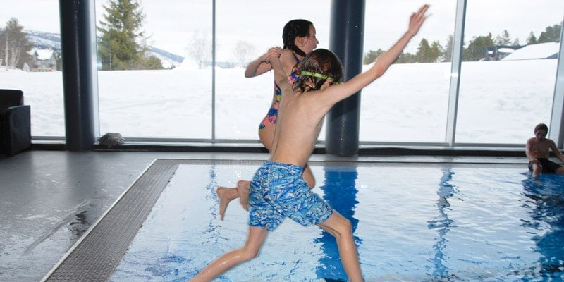 fin-and-scarlet-jump-in-the-pool-geilo-norway