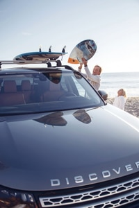 landrover-discovery-family-at-beach