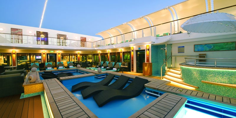 Swimming-pool-on-NCL-cruise-ship