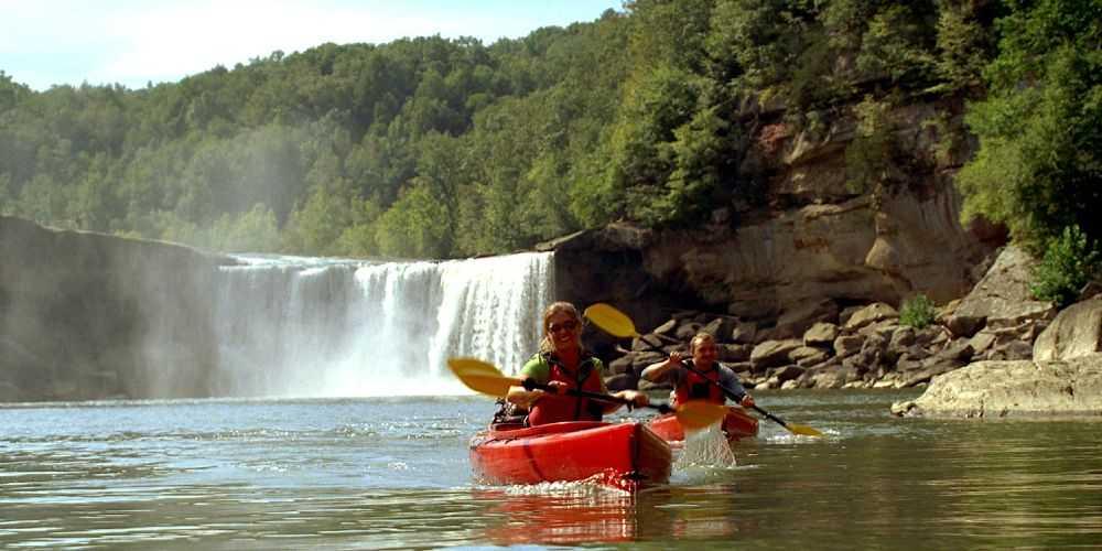 Kentucky outdoors family kayaking at Cumberland Falls